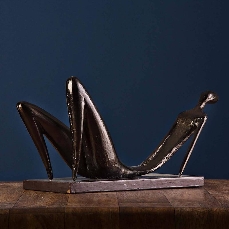 Escultura Mujer Acostada con base Haus